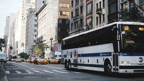 18 agosto 2017 NEW YORK - le automobili e la carrozza gialla rulla passare vicino lungo la grande via della città, quindi l'inizi video d archivio
