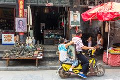 Agosto 2013 - Ping Yao, Shanxi, Cina - scena di vita quotidiana nella via del sud di Ping Yao immagini stock