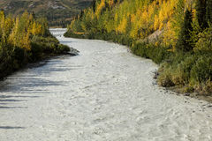 26 agosto 2016 - riflessioni su Richardson Highway, itinerario 4, Alaska, 2016 - fiume di urlo e colore di autunno come visto fuo Immagine Stock