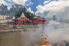 18 agosto 2014 - rogo funereo nel fiume di Bagmati a Kathmandu Immagini Stock