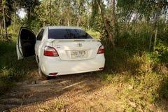 17 AGOSTO 2016 SAKONNAKHON, TAILANDIA; , l'automobile personale ha parcheggiato in una foresta nelle zone rurali a distanza Nel N Fotografie Stock Libere da Diritti