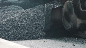 19 agosto 2018 Suzhou, Cina Macchina della pavimentazione che pone asfalto fresco durante la costruzione della strada principale stock footage