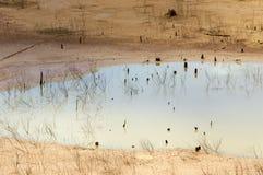 Agotamiento de la fuente de agua, tierra de la sequía, seguridad del agua Imágenes de archivo libres de regalías