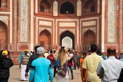 AGRA, ÍNDIA - CERCA DO NOVEMBRO DE 2017: Grande porta de Taj Mahal fotografia de stock