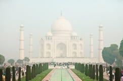 AGRA, ÍNDIA - CERCA DO NOVEMBRO DE 2012: Turistas na frente de Taj Mahal fotos de stock