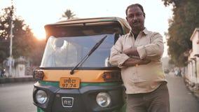 Agra, Índia - 12 de dezembro de 2018: Auto homem indiano do motorista do tut-tuk do riquexó video estoque