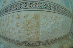 Agra, Índia - 20 de setembro de 2017: Feche acima dos detalhes bonitos das paredes dentro de Taj Mahal, na cidade de Fotografia de Stock
