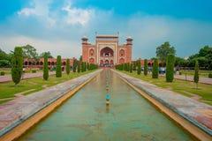 Agra, Índia - 20 de setembro de 2017: Povos não identificados que andam no jardim próximo de Taj mahal na entrada de grande fotos de stock