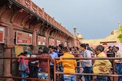 Agra, Ινδία - 29 Απριλίου 2017: Πλήθος των ινδικών λαών που περιμένουν το nea στοκ φωτογραφία με δικαίωμα ελεύθερης χρήσης