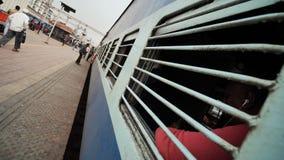 Agra, Ινδία - 12 Δεκεμβρίου 2018: Παράθυρο δικτυωτού πλέγματος ενός ινδικού τραίνου σε έναν σιδηροδρομικό σταθμό απόθεμα βίντεο