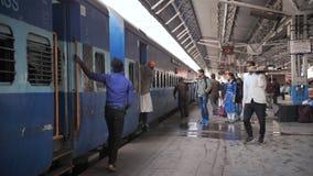 Agra, Ινδία - 12 Δεκεμβρίου 2018: Το τραίνο φθάνει στο σταθμό Άνθρωποι αναστάτωσης στην πλατφόρμα φιλμ μικρού μήκους