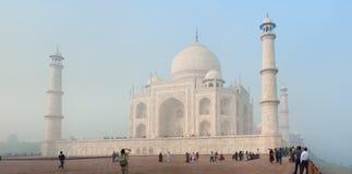 AGRA, INDIA - CIRCA NOVEMBRE 2012: Turisti davanti a Taj Mahal Fotografie Stock Libere da Diritti