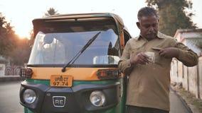 Agra India, Grudzień, - 12, 2018: Indiański auto riksza tut-tuk kierowcy mężczyzna przelicza pieniądze zbiory wideo