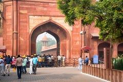 AGRA, INDIA - OKOŁO LISTOPAD 2017: Kolejka Taj Mahal Zdjęcie Royalty Free