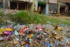 AGRA, INDIA - SEPTEMBER 19, 2017: Grote huisvuilhoop op de straat op Agra, India India is een zeer vuil land Stock Afbeelding