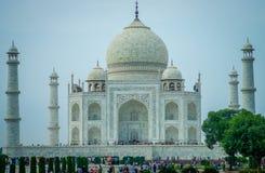 Agra, India - September 20, 2017: Menigte van mensen die van de mooie mening van Taj Mahal, in een schitterende blauwe hemel geni Stock Afbeeldingen