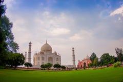 Agra, India - September 20, 2017: Menigte van mensen die van de mooie mening van Taj Mahal, in een schitterende blauwe hemel geni Stock Afbeelding