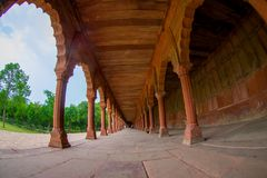Agra, India - September 20, 2017: Mooie mening van een gestenigde weg met kolommen op een rij binnen van een gebouw bij in openlu Stock Foto