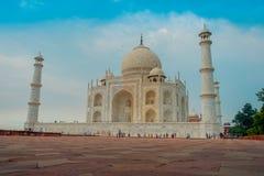 Agra, India - September 20, 2017: Mooie mening van Taj Mahal, in een schitterende blauwe hemel, met een ivoor-wit marmer Stock Afbeeldingen