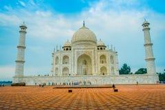 Agra, India - September 20, 2017: Mooie mening van Taj Mahal, in een schitterende blauwe hemel, met een ivoor-wit marmer Royalty-vrije Stock Foto's