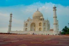 Agra, India - September 20, 2017: Mooie mening van Taj Mahal, in een schitterende blauwe hemel, met een ivoor-wit marmer Stock Fotografie