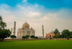 Agra, India - September 20, 2017: Mooie mening van Taj Mahal, in een schitterende blauwe hemel, met een ivoor-wit marmer Royalty-vrije Stock Fotografie