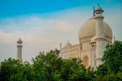 Agra, India - September 20, 2017: Mooie mening van Taj Mahal, het behing van sommige bomen, in een schitterende blauwe hemel, met Royalty-vrije Stock Afbeeldingen
