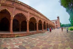 Agra, India - September 20, 2017: Openluchtmening van een gestenigde weg met kolommen op een rij binnen van een gebouw bij in ope Stock Fotografie