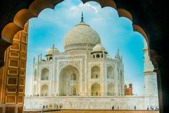 Agra, India - September 20, 2017: Verbazende mening van Taj Mahal, in een schitterende blauwe hemel, met een ivoor-wit marmer Royalty-vrije Stock Foto's