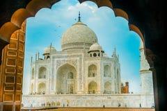 Agra, India - September 20, 2017: Verbazende mening van Taj Mahal, in een schitterende blauwe hemel, met een ivoor-wit marmer Stock Foto
