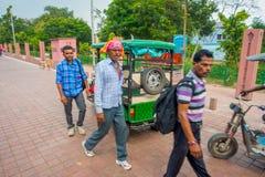 AGRA INDIA, WRZESIEŃ, - 19, M 2017: Niezidentyfikowany mężczyzna chodzi blisko motocykl zatrzymuje, w ulicach w środkowym India Obrazy Royalty Free