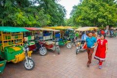 AGRA INDIA, WRZESIEŃ, - 19, M 2017: Niezidentyfikowany mężczyzna chodzi blisko motocykl zatrzymuje, w ulicach w środkowym India Fotografia Stock