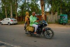 AGRA INDIA, WRZESIEŃ, - 19, 2017: Niezidentyfikowana para jedzie motocykl w ulicach w środkowym India w Agra, India Zdjęcie Stock