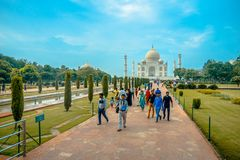 Agra India, Wrzesień, - 20, 2017: Niezidentyfikowani ludzie chodzi pięknego Taj Mahal i cieszy się, są biali Fotografia Stock