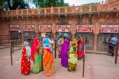AGRA INDIA, WRZESIEŃ, - 19, 2017: Niezidentyfikowani ludzie przy kreskowymi kupienie biletami wchodzić do Taj Mahal w Agra mieści Zdjęcia Royalty Free