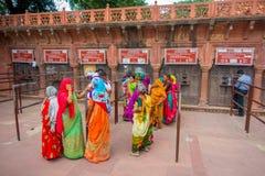 AGRA INDIA, WRZESIEŃ, - 19, 2017: Niezidentyfikowani ludzie przy kreskowymi kupienie biletami wchodzić do Taj Mahal w Agra mieści Zdjęcie Stock
