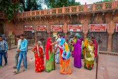 AGRA INDIA, WRZESIEŃ, - 19, 2017: Niezidentyfikowani ludzie przy kreskowymi kupienie biletami wchodzić do Taj Mahal w Agra mieści Obraz Stock