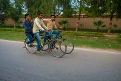 AGRA INDIA, WRZESIEŃ, - 19, 2017: Niezidentyfikowani mężczyzna jadą byke w ulicach w środkowym India w Agra, India Zdjęcia Royalty Free