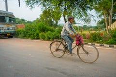 AGRA INDIA, WRZESIEŃ, - 19, 2017: Niezidentyfikowani mężczyzna jadą byke w ulicach w środkowym India w Agra, India Fotografia Stock