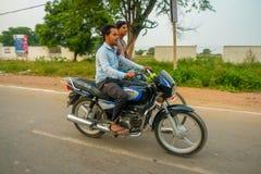 AGRA INDIA, WRZESIEŃ, - 19, 2017: Niezidentyfikowani mężczyzna jadą motocykl i jego przyjaciela byke w ulicach w centrali Obrazy Royalty Free