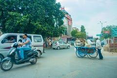 AGRA INDIA, WRZESIEŃ, - 19, 2017: Niezidentyfikowany mężczyzna jedzie motocykl w traffict miasto w ulicach, wewnątrz Fotografia Stock