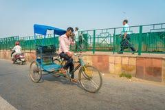 AGRA INDIA, WRZESIEŃ, - 19, 2017: Niezidentyfikowany mężczyzna jedzie motocykl w ulicach w środkowym India w Agra, India Fotografia Stock