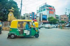 AGRA INDIA, WRZESIEŃ, - 19, 2017: Niezidentyfikowany mężczyzna jedzie motocykl w ulicach w środkowym India w Agra, India Zdjęcia Stock