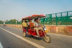 AGRA INDIA, WRZESIEŃ, - 19, 2017: Niezidentyfikowany mężczyzna jedzie motocykl w ulicach w środkowym India w Agra, India Obrazy Stock