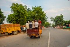AGRA INDIA, WRZESIEŃ, - 19, 2017: Tłum ludzie w tylnej części samochód w ulicach w centralnym mieście w Agra Obraz Royalty Free