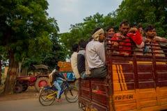 AGRA INDIA, WRZESIEŃ, - 19, 2017: Tłum ludzie w tylnej części samochód w ulicach w centralnym mieście w Agra Zdjęcie Royalty Free