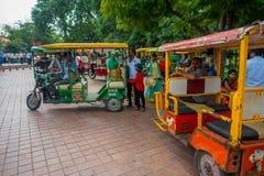 AGRA INDIA, WRZESIEŃ, - 19, M 2017: Niezidentyfikowany turysta bierze jawnego motocyklu transport w ulicach w centrali Zdjęcie Stock