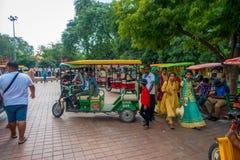 AGRA INDIA, WRZESIEŃ, - 19, M 2017: Niezidentyfikowany turysta bierze jawnego motocyklu transport w ulicach w centrali Obrazy Stock