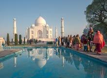 AGRA INDIEN - Januari, 29: Indiskt folk på Taj Mahal på Januari Arkivfoto