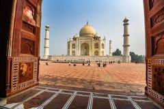 AGRA, INDIEN - 8. NOVEMBER 2017: Szenische Ansicht Taj Mahals von der Moschee in Agra, Indien Stockbilder
